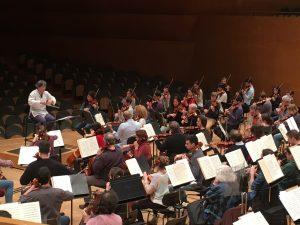 EL director Kazushi Ono donant instruccions als músics