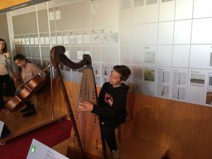 Els alumnes van poder tocar alguns instruments com l'arpa